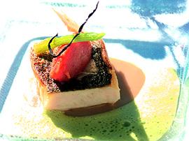 Filete de Lubina a la plancha con parmentier de anchoas y salsa ligera de perejil y regaliz